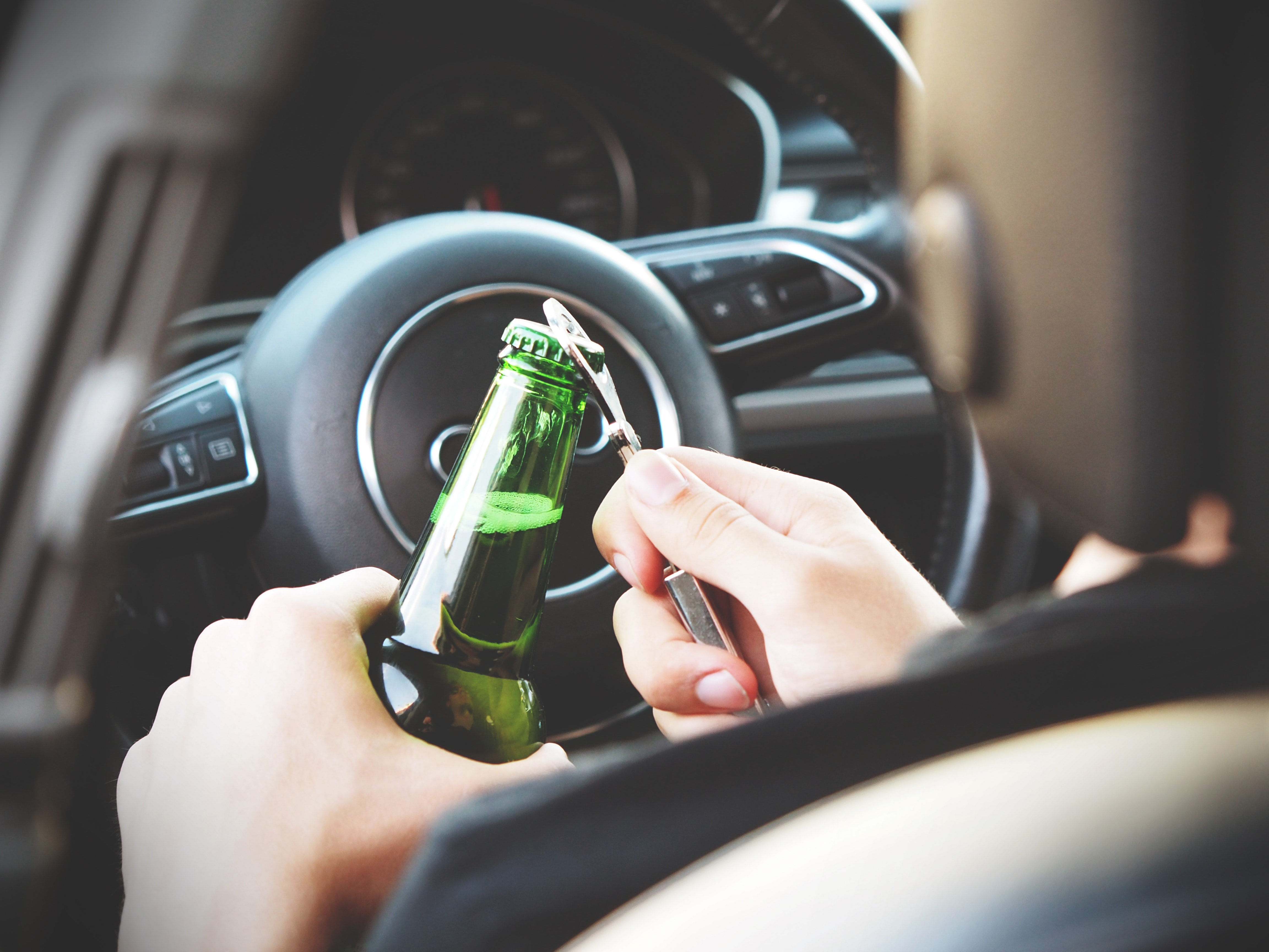 Imagen que contiene interior, cerveza, coche