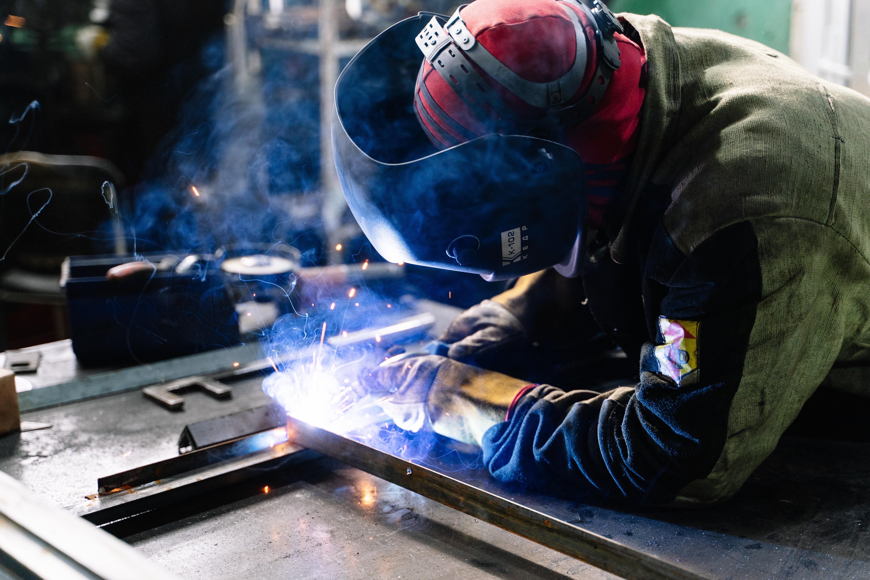 imagen que contiene trabajador, acero, forjar