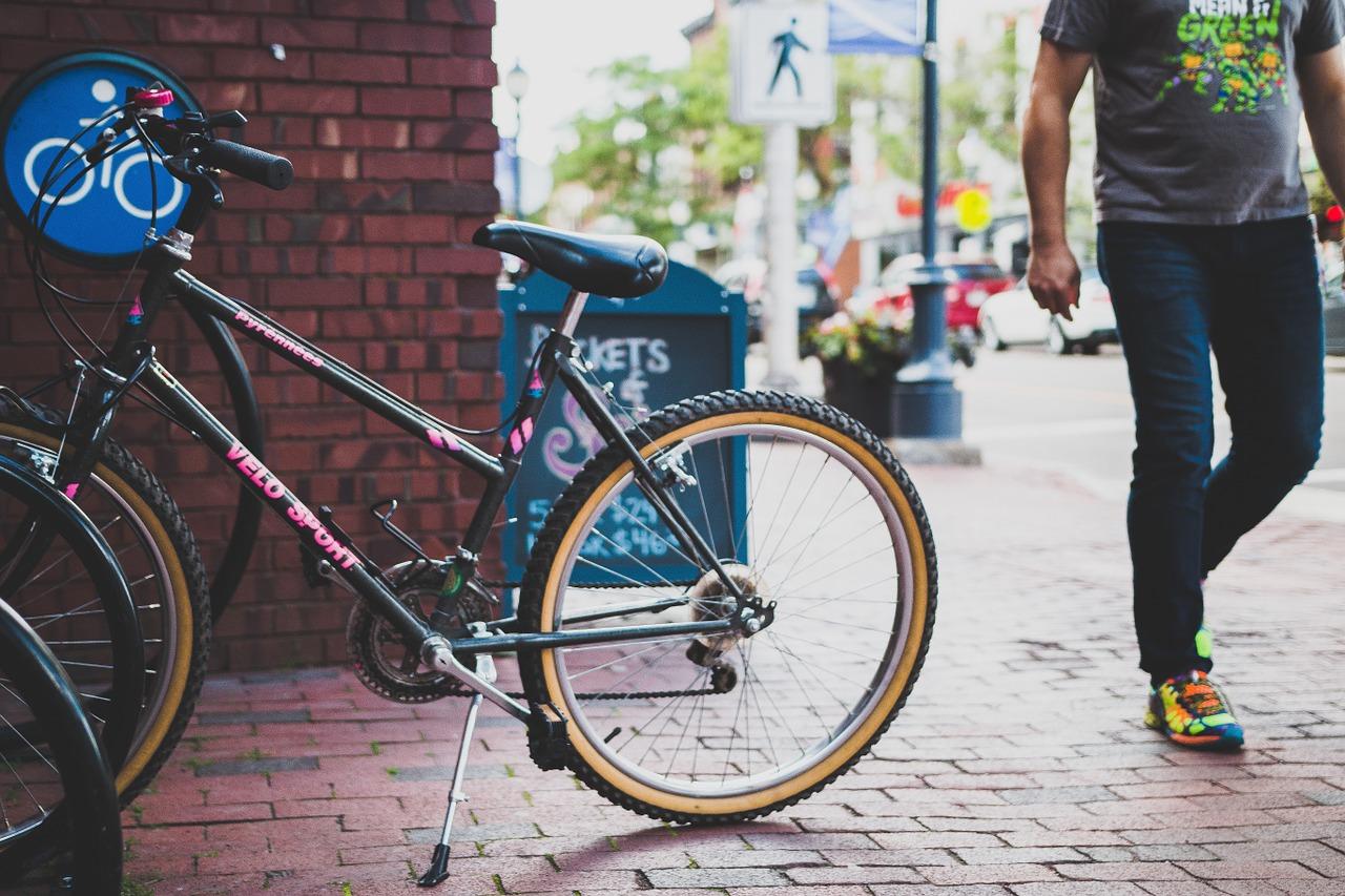 Imagen que contiene bicicleta, persona, acera.